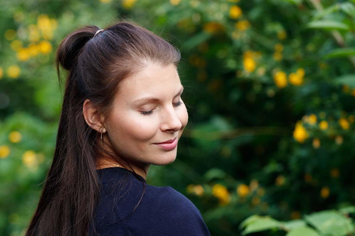 Portraitshooting mit Blumenbokeh und einem Gast IMG 9498w